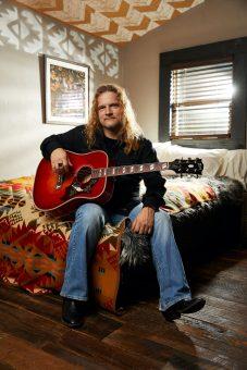 """ギブソンから世界的ロックグループ """"テスラ"""" のギタリスト、フランク・ハノンの最新シグネチャーモデル 『Gibson Frank Hannon Love Dove』がリリース"""