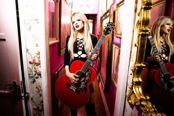 ギブソンが、オーストラリア出身の女性ギタリスト オリアンティとのパートナーシップ契約及び アコースティック・カスタムショップ製『Gibson Orianthi SJ-200 Acoustic Custom in Cherry』の2021年度リリースを発表